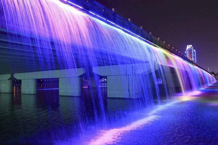 水幕千赢国际官网可以湿润周围空气,减少尘埃,降低气温、有益于改良城市面貌和增进居民身心健康