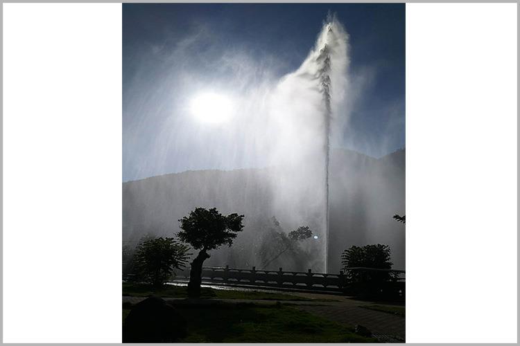 其主要采用声音控制系统与千赢国际官网水泵系统连接起来的方式喷水
